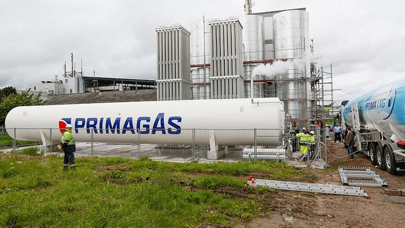 Umfassender Blick auf die LNG-Anlage und den Flüssiggastank des Wurst- und Schinkenspezialisten Adler im Schwarzwald.