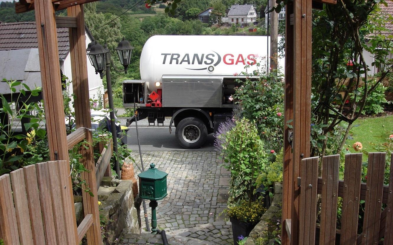 Tankkraftwagen von Transgas vor dem Grundstück eines PRIMAGAS Kunden.