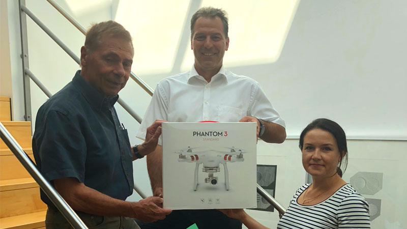 Architekt Eckart Süß, PRIMAGAS Verkaufsleiter Markus Keller und Architektin Elena Wenzel mit Drohne DJI Phantom 3 Standard.