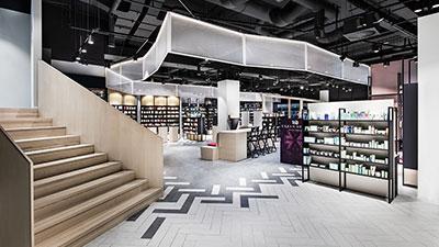 Innenansicht des Flagship-Stores von Mußler Beauty by Notino in Stuttgart.
