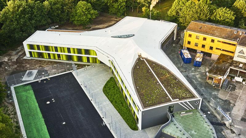 Begrüntes Dach der barrierefrei gebauten Jugendherberge in Bayreuth nach Planung vom Laboratory for Visionary Architecture.