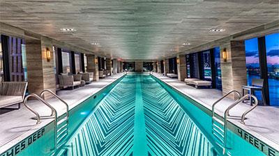 Swimmingpool in der Sky Bridge der American Copper Buildings in New York.