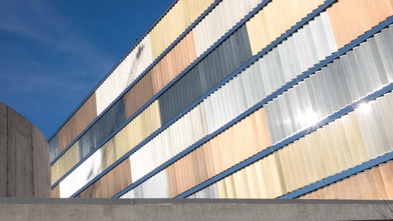 Gebäudefassade bestehend aus senkrecht angeordneten Lamellenfenstern.