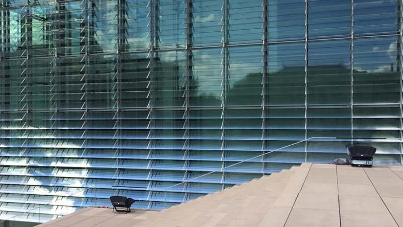 Glasfassade eines Gebäudes, bestehend aus Lamellenfenstern.