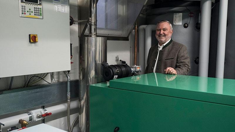 Ulrich Becker, der Betreiber des Hotels Winklmoos-SonnenAlm, im Keller des Hotels mit einem Blockheizkraftwerk (BHKW).