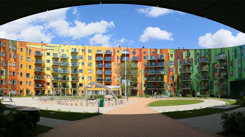 """Innenhof des Wohngebäudes """"Cirkelhuset"""" des Architekten Lars Aaris mit Schieferfassade."""