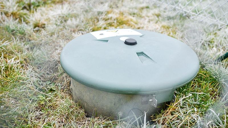 Tankdeckel eines unterirdisch installierten Flüssiggas-Tanks auf dem Betriebsgelände der Fleischerei Schmid.
