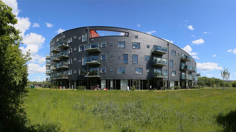 """Nordseitige Front des Wohngebäudes """"Cirkelhuset"""" mit Schieferfassade."""
