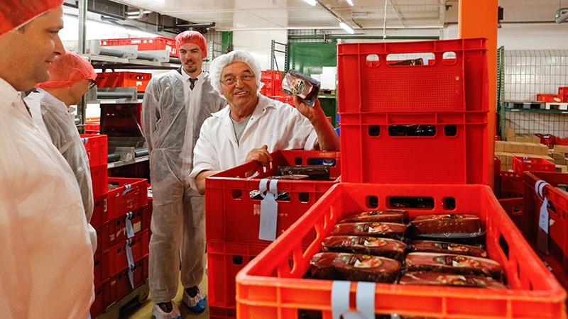Geschäftsführer Peter Adler präsentiert Mitarbeitern von PRIMAGAS seinen Original Schwarzwälder Schinken.