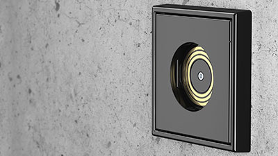 Lichtsteckdose Plug and Light von Insta, in einer unverputzten Wand montiert.