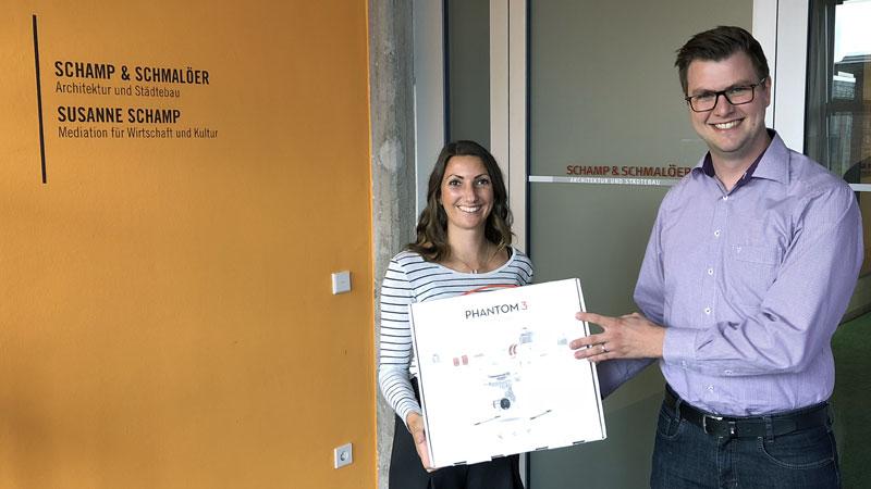 Architektin Natalie Spindeldreher und der regionale PRIMAGAS Vertriebsingenieur Arne Herrmann mit Drohne DJI Phantom 3 Standard.