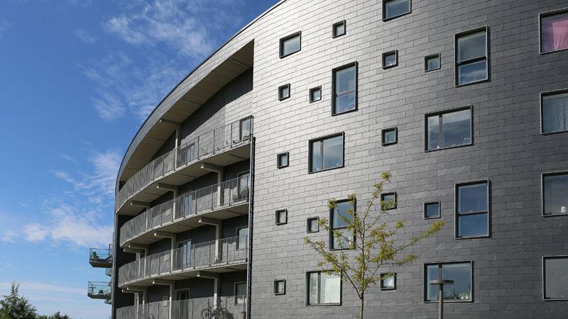 """Glänzende Schieferfassade des Wohngebäudes """"Cirkelhuset"""" des Architekten Lars Aaris im dänischen Køge."""
