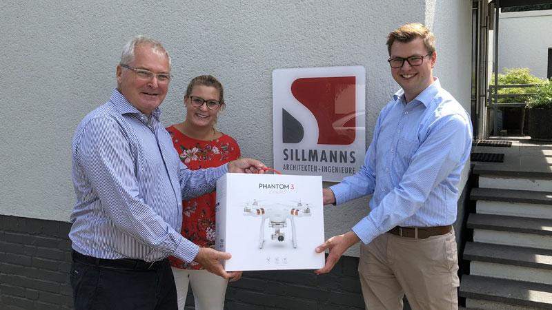 Die Architekten Markus Sillmanns und Marie Sillmanns und der regionale PRIMAGAS Verkaufsingenieur Arne Herrmann mit Drohne DJI Phantom 3 Standard.