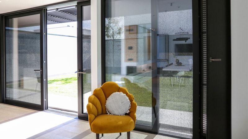 Schiebetüren-Front vom Concept Home des Unternehmens Renson in Belgien.