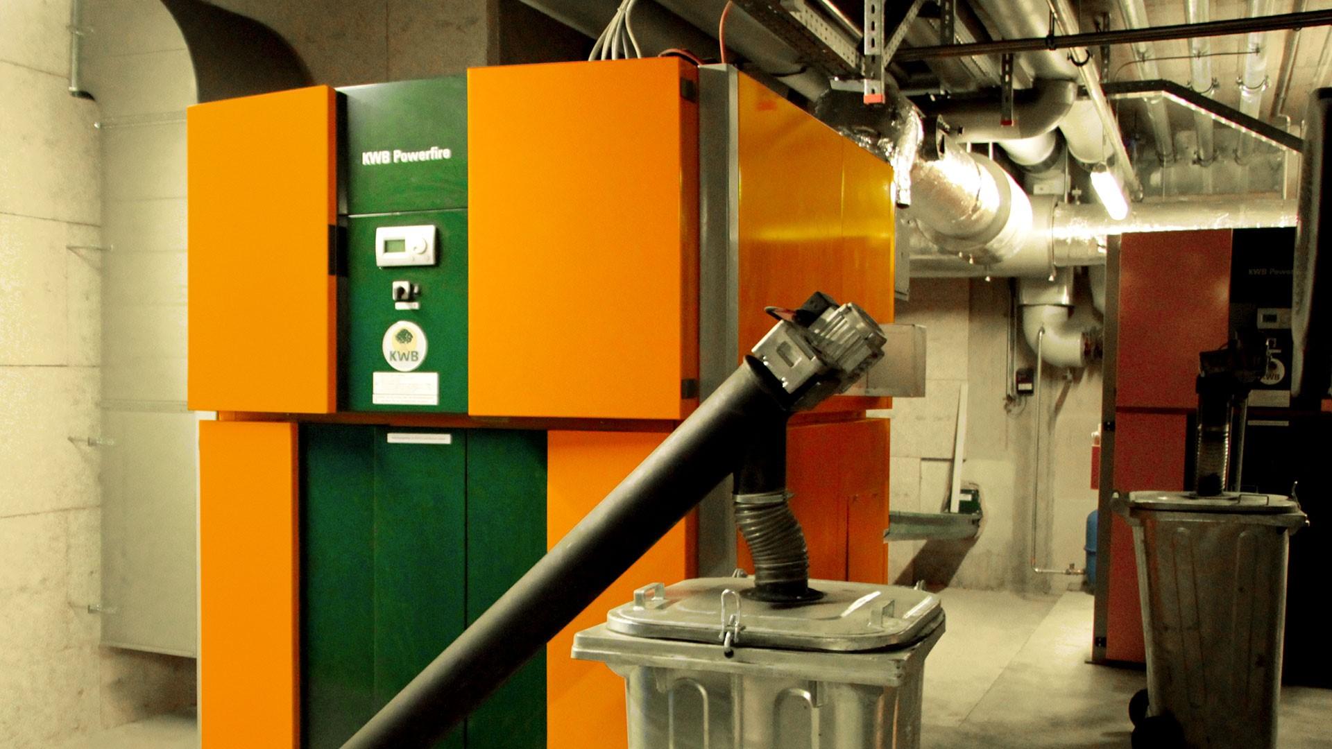 Hackgut- und Pelletheizung KWB Powerfire im Keller eines Gebäudes.