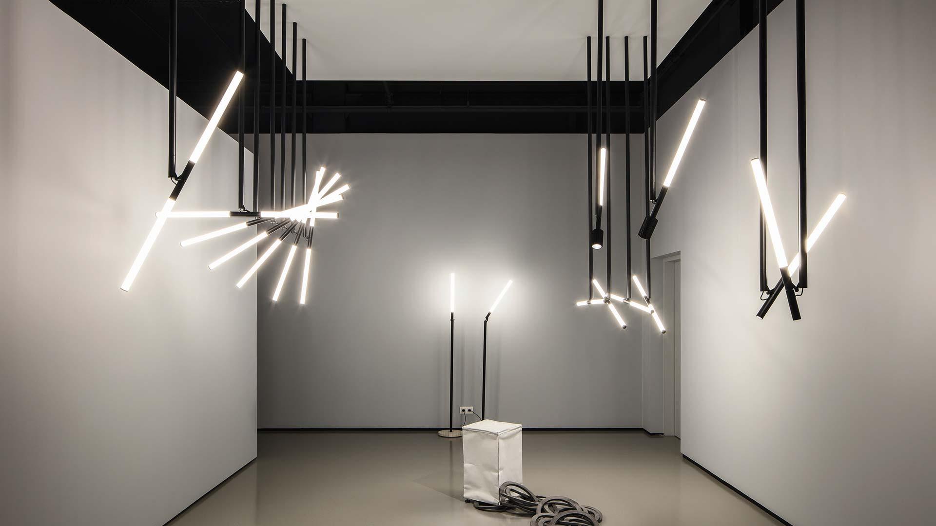 Lichtskulptur: Design-LED-Pendelleuchte Delta Light XY180 mit Montagestab, LED-Tubus und Spots. Design: OMA.