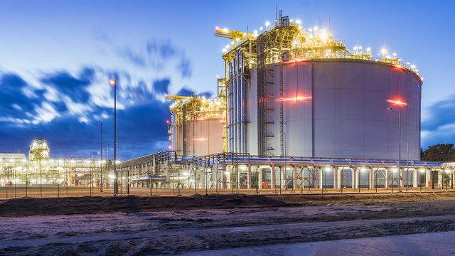 Beleuchtete LNG-Anlage am Abend