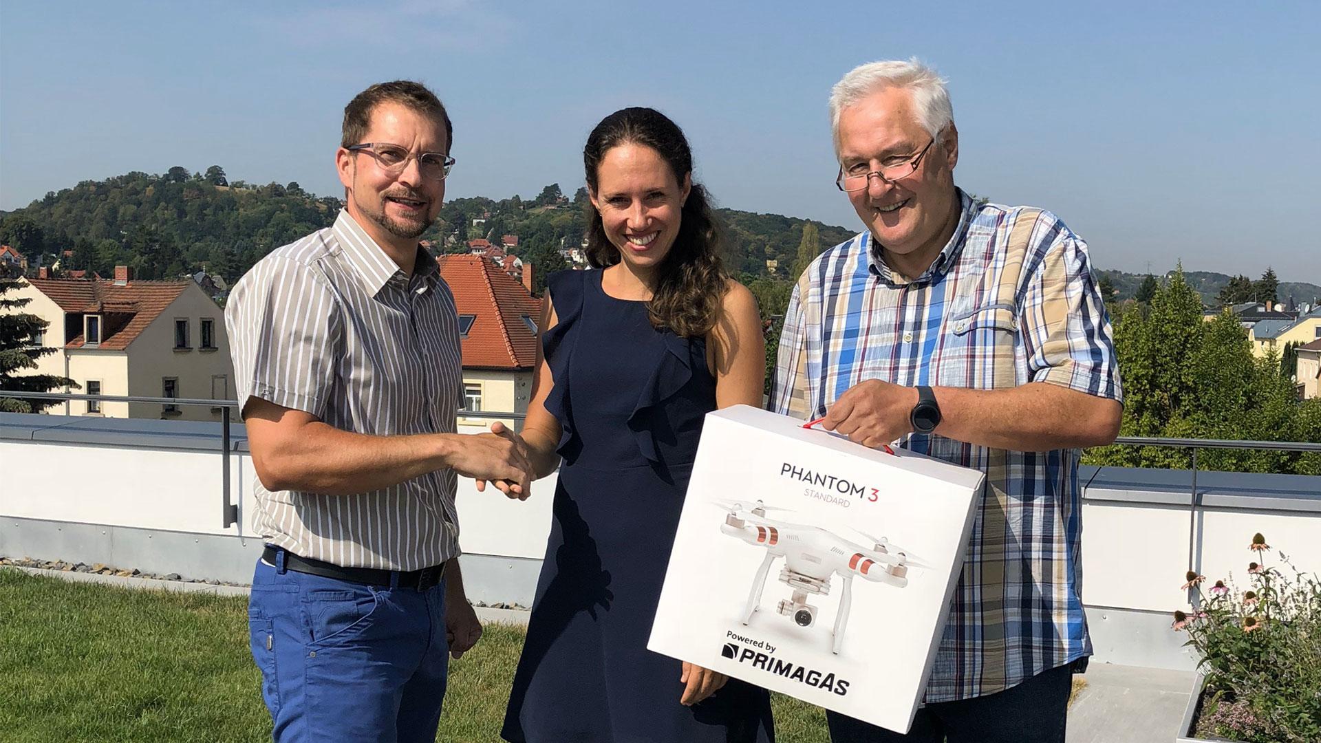 PRIMAGAS Verkaufsleiter Jens Pietzsch, Architektin Maria Herzberg und der regionale PRIMAGAS Vertriebsingenieur Holger Pogrzeba mit Drohne DJI Phantom 3 Standard.