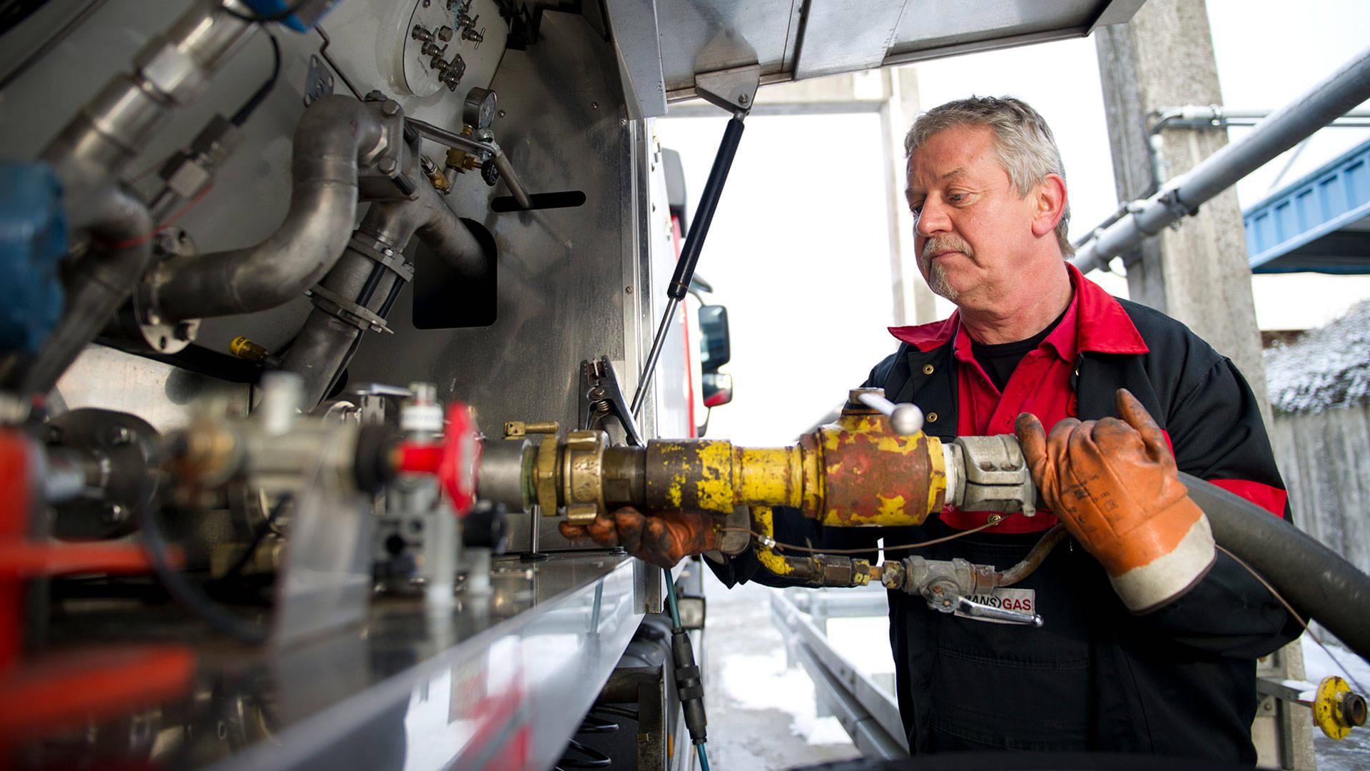 Transgas Mitarbeiter befüllt Tankwagen mit Flüssiggas.
