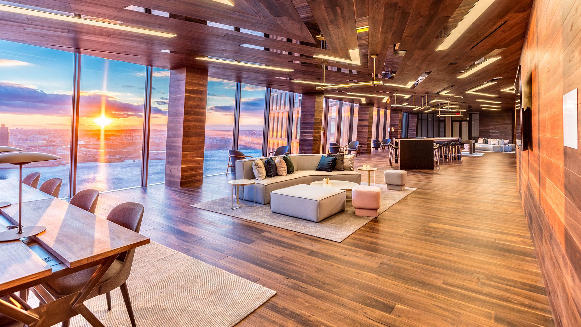 Lounge in der Sky Bridge der American Copper Buildings in New York, Blick nach draußen.