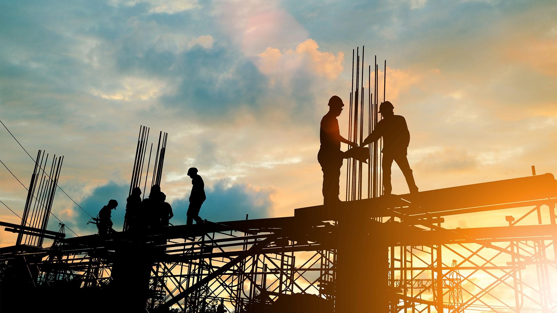 Gebäudeenergiegesetz: Hochbaufacharbeiter auf Baustelle.