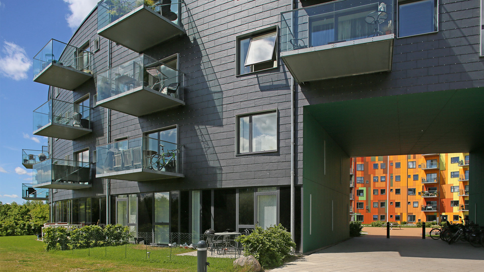 """Wohngebäude """"Cirkelhuset"""" des Architekten Lars Aaris, Architekturbüro BSAA, mit Schieferfassade im dänischen Køge."""