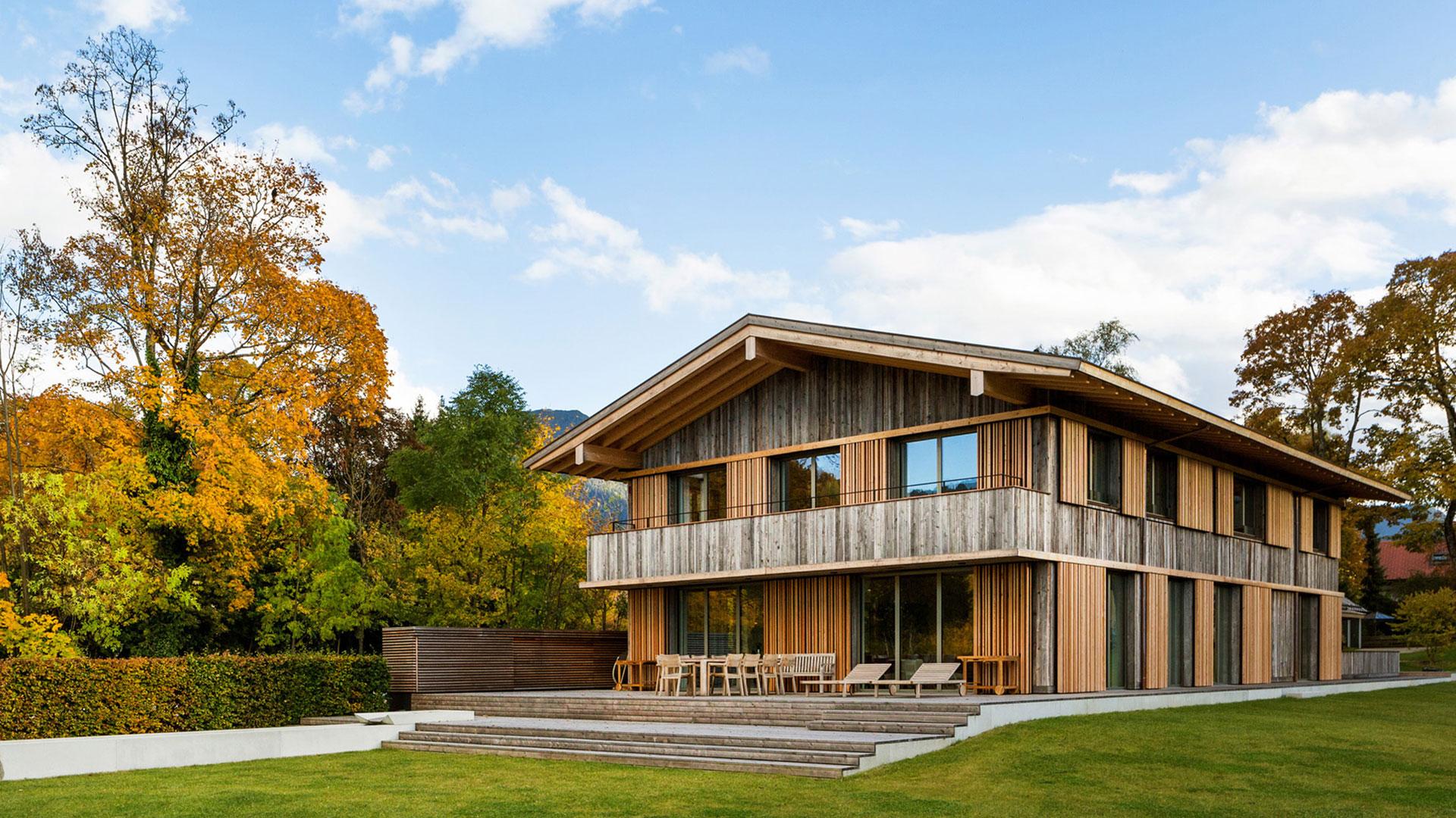 Moderne Villa mit Holzfassade und Terrasse.