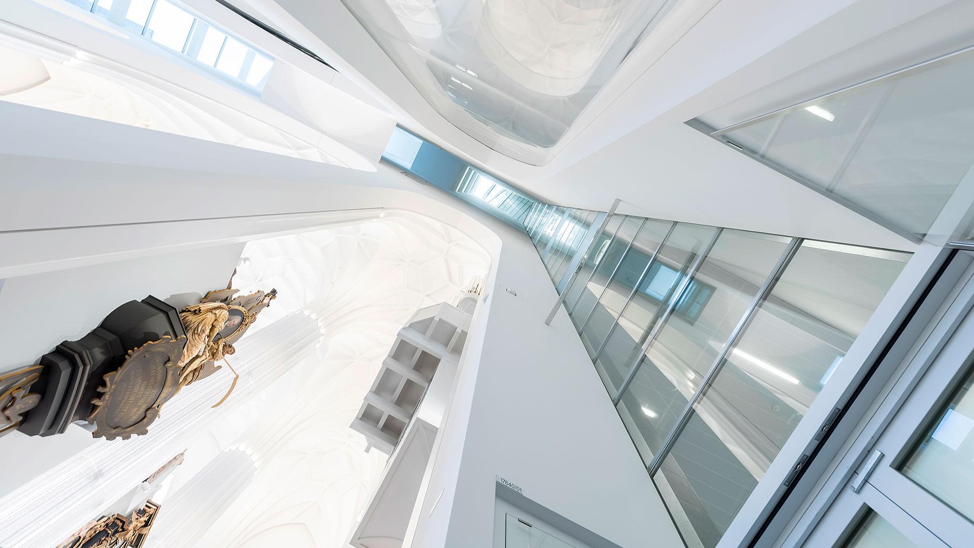 Ansicht aus der Froschperspektive: Dachverglasung der neuen Universitätskirche Leipzig.