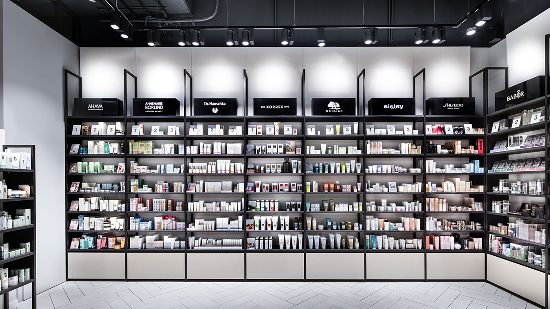 Produktregale im Flagship-Store von Mußler Beauty by Notino in Stuttgart.