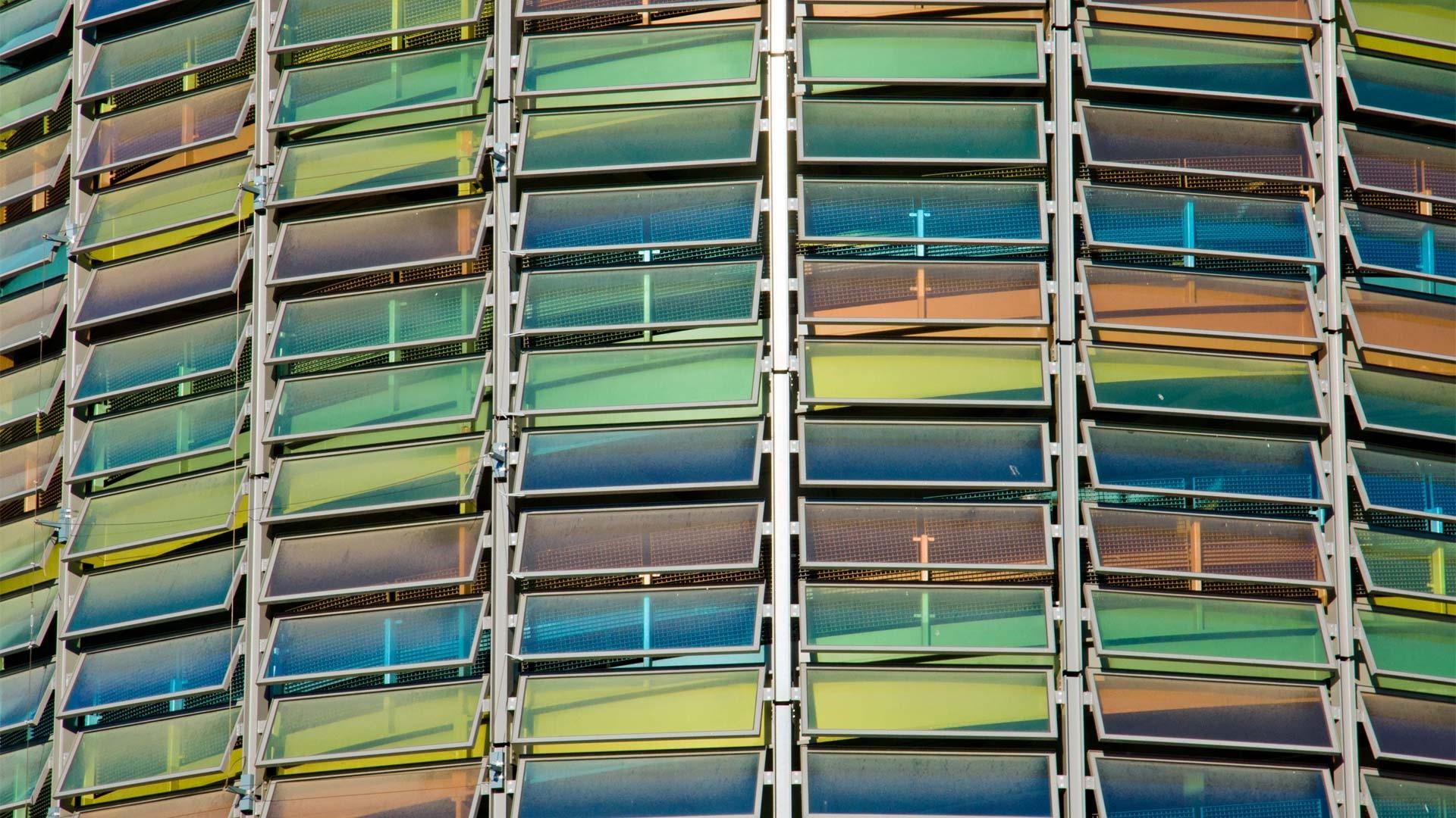 Runde Fassade eines Parkhauses, bestehend aus bunten Lamellenfenstern.